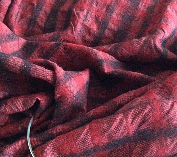 tissu noir et rouge en laine polyester