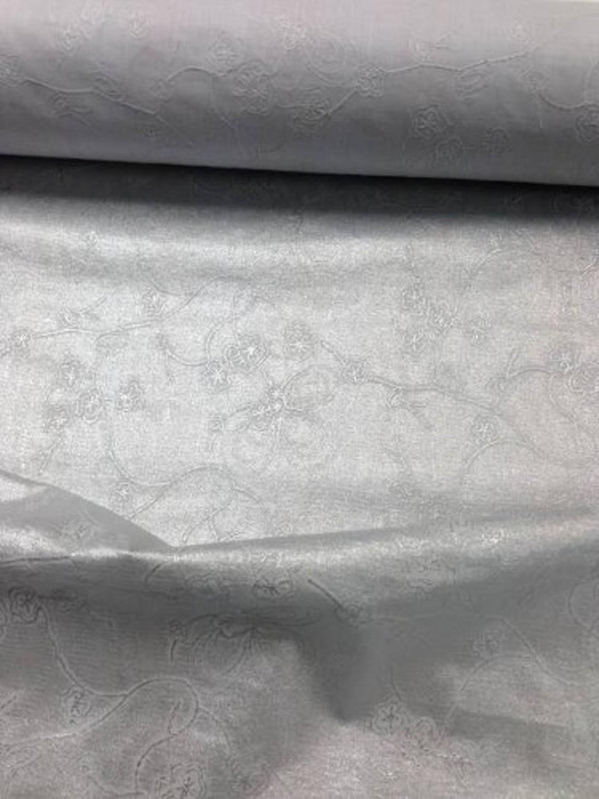 Tissu en coton enduit argent brodé