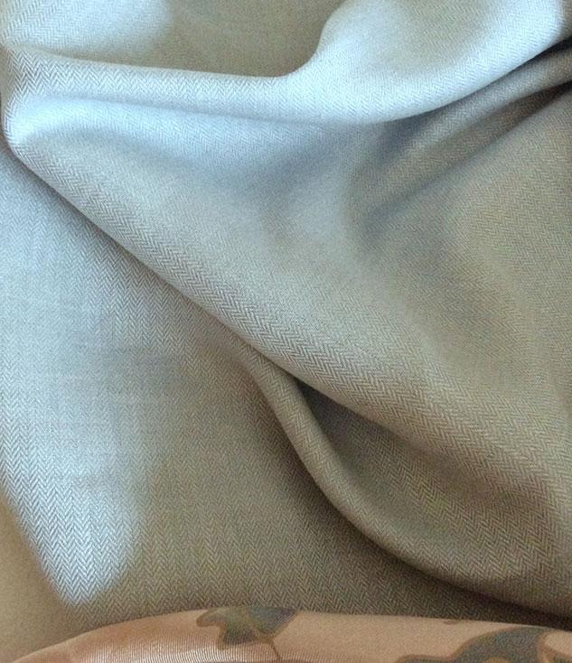 Tissu gris et blanc