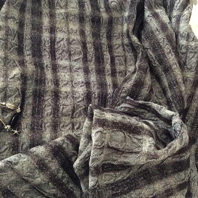 tissu noir et blanc cloqué