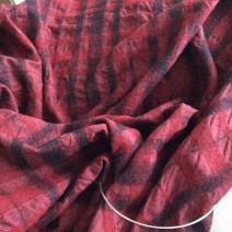 Tissu cloqué rouge et noir